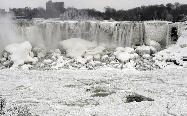 cascate del niagara ghiacciate